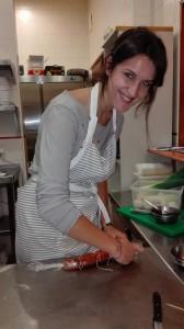 Silvia cocinando chorizos
